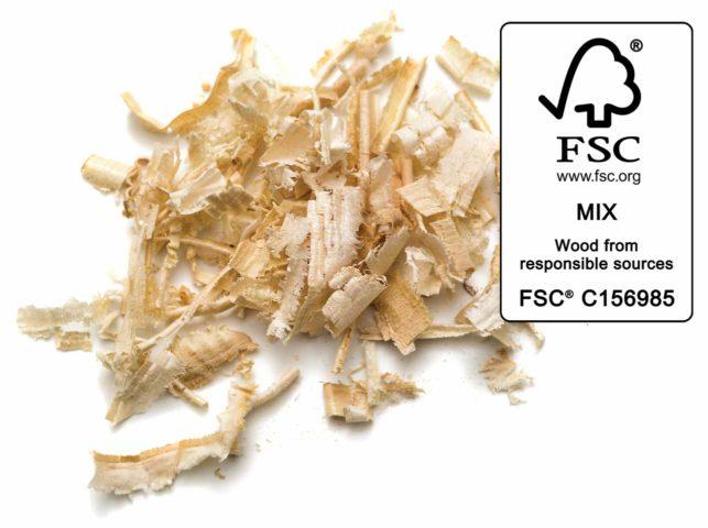 Wir stellen unsere Einstreu aus recycelten, FSC-zertifizierten Holzresten, pflanzlichen Fasern (wie Mais) und natürlichen Verklumpungsstoffen her
